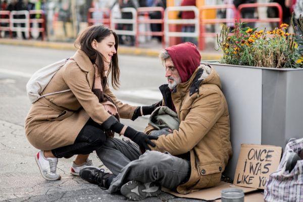Woman speaking with a person experiencing homelessness